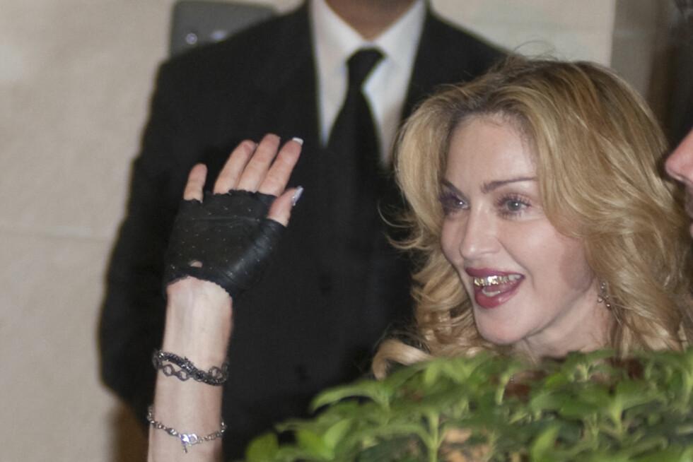 55-ÅRINGEN GÅR FOR GULL PÅ TENNENE: Da slnnen Rocco fylte år nylig, lot Madonna seg inspirere av hip hop-miljøet, og kjørte grillz på perleraden. Foto: All Over Press
