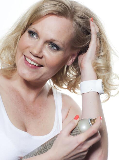 <strong>FRISKER OPP:</strong> Litt tørrsjampo ved røttene frisker opp hår som ikke er nyvasket, men er også et ypperlig stylingprodukt.  Foto: Astrid Waller
