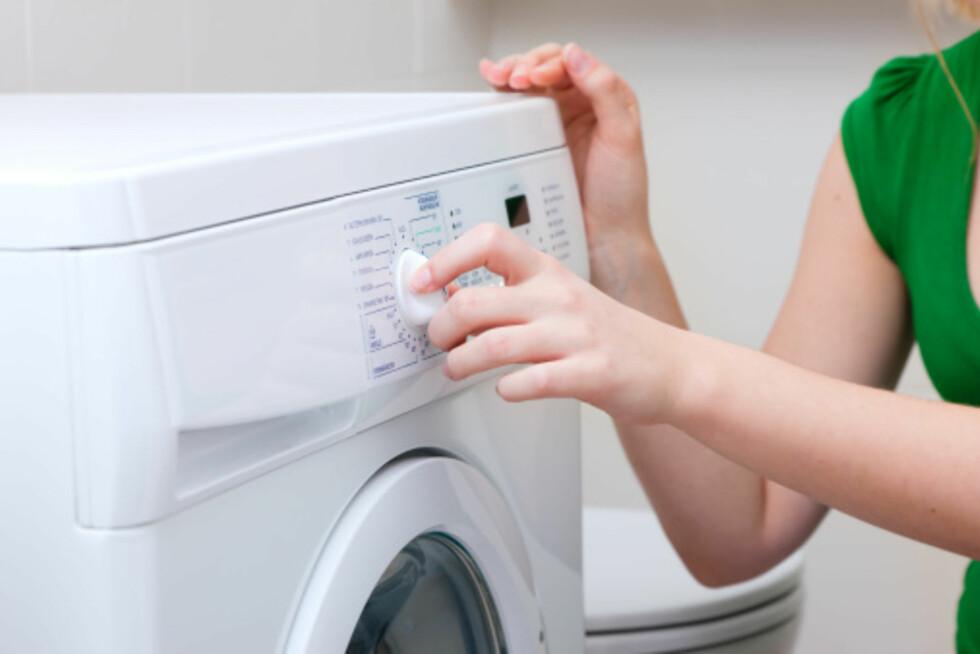 VASKEMASKIN: Følg anvisningen på klærne før du putter dem i vaskemaskinen.  Foto: Getty Images/iStockphoto