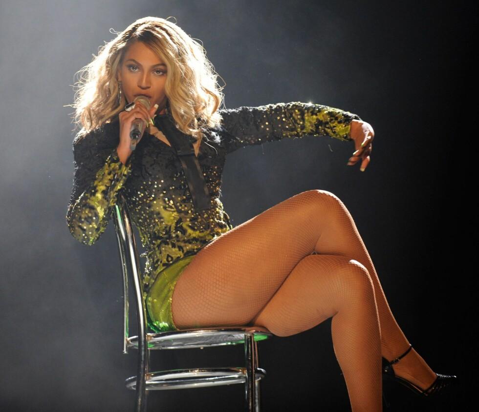 KRAFTIGE KRØLLER OG BRATT OPPKLIPP: Ikke frykt stort hår –se bare på Beyoncé! Be om en lang og løs klipp (ikke rett over) med lag som er klippet sidelengs. Unngå å ha for mange korte lag helt på toppen, for da blir det fort for stort. Sørg heller for at det ser mykt ut rundt ansiktet ved å klippe inn såkalte disconnections. Tørk håret med en diffuser for å gi det masse volum, men definer krøllene ved å bruke krølltang i noen seksjoner og påføre et godt krølleserum.  Foto: All Over Press