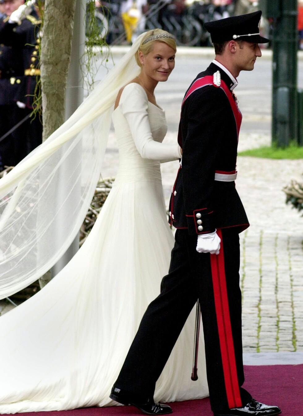 Brudekjolen var designet av norske Ove Harder Finseth. En drøm av en kjole i hele 125 meter silketyll. Sløret på kjolen var hele seks meter langt.  Foto: All Over Press
