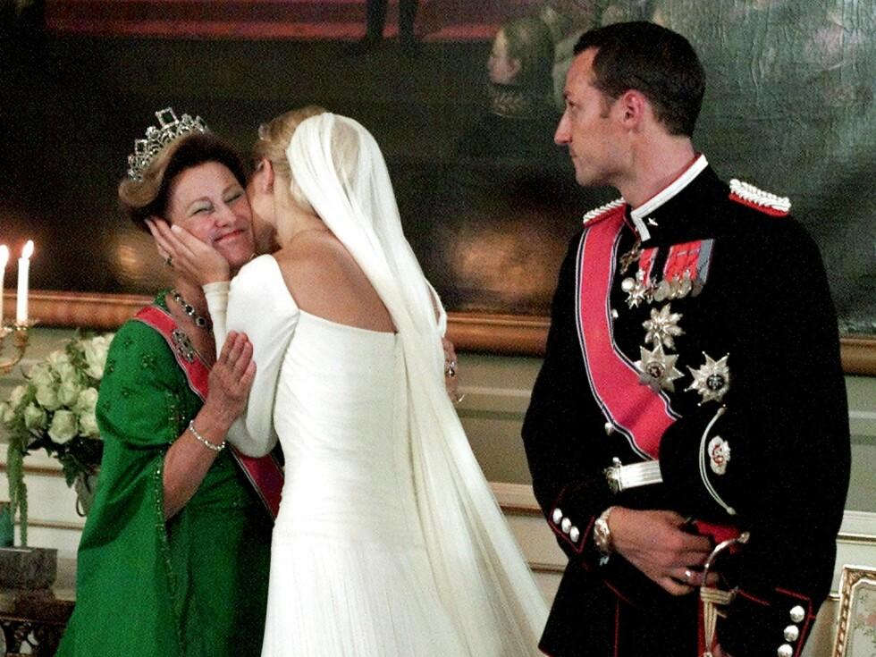 Presis klokken 17 lørdag 25. august 2001 sto Mette-Marit Tjessem Høiby og kronprins Haakon sammen på den røde løperen foran Domkirken. Det skulle bli starten på en eventyrlig kveld og et helt nytt liv. Foto: All Over Press