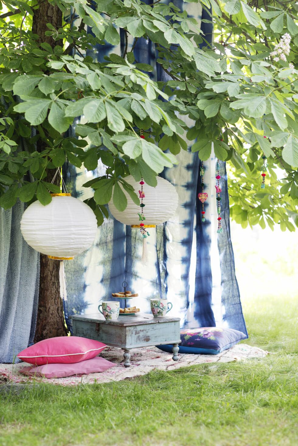 I TRÆRNE: Heng stoffer i træne og pynt med tepper - perfekt for lune sommerkvelder.  Foto: Yvonne Wilhelmsen