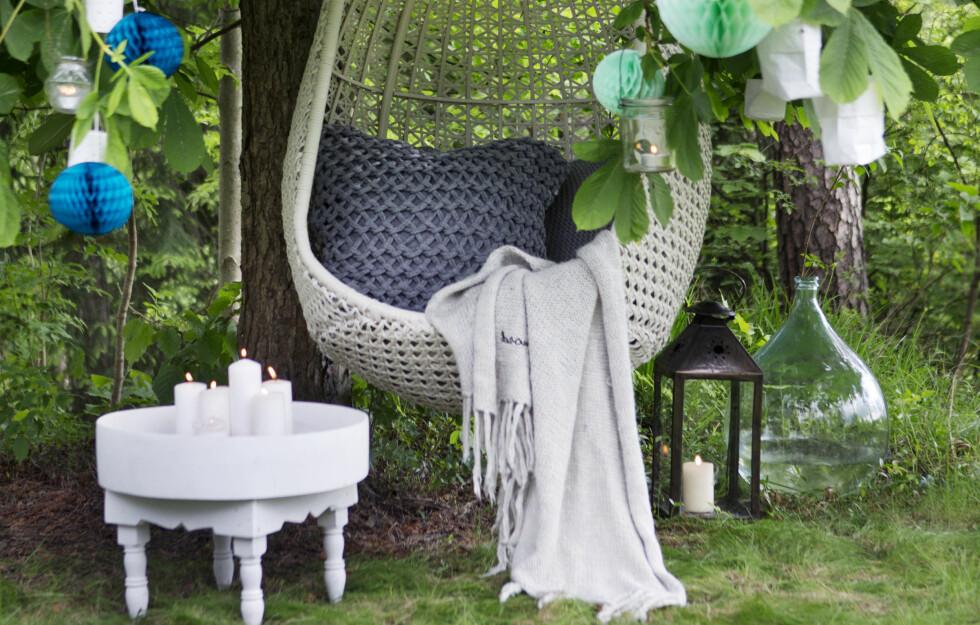 UNDER TREET: Det er fort gjort å lage sin egen lille kosekrok i hagen - så lenge du har et tre, er du bankers.  Foto: Yvonne Wilhelmsen