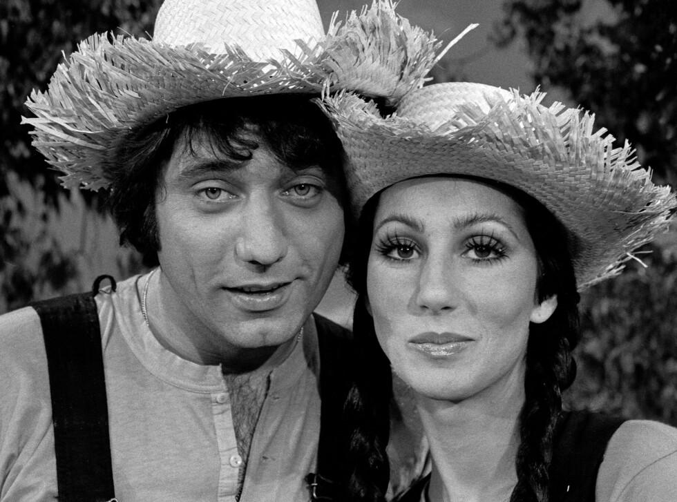 STRÅHATTNOSTALGI: Den amerikanske quarterbacken Broadway Joe og popstjerne Cher i hver sin ikoniske hatt i 1973.  Foto: All Over Press