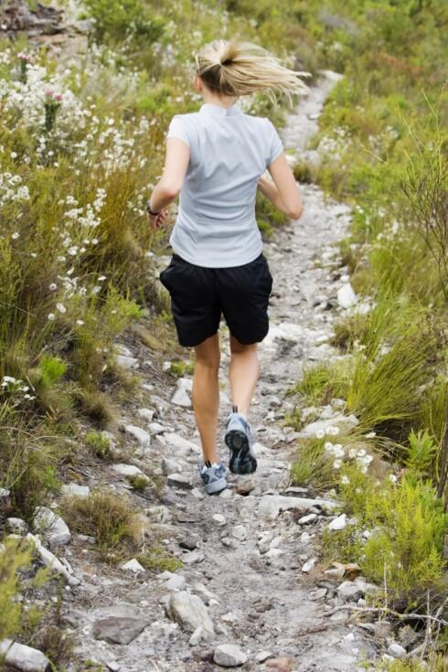 LØP NEDOVER: Å løpe i nedoverbakker styrker kjernemuskulaturen. Sterkere mage er for eksempel et kjempepluss! Foto: Thinkstock