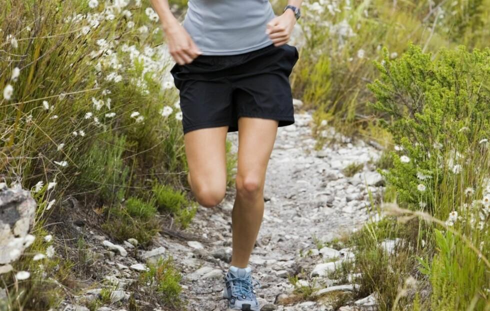 BLI BEDRE! Ved å utfordre deg selv i motbakker og nedoverløp, blir du en bedre løper.  Foto: Thinkstock