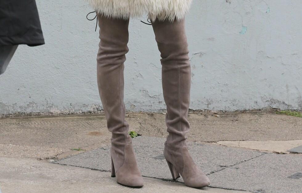STØVLETTER MED ATTITUDE - KAN BRUKES BÅDE SOM STRØMPEBUKSE OG BUKSER: Supermodell Kate Moss i lysegrå it-boots til hvit fuskepelsjakke på fotoshoot i London. Foto: All Over Press
