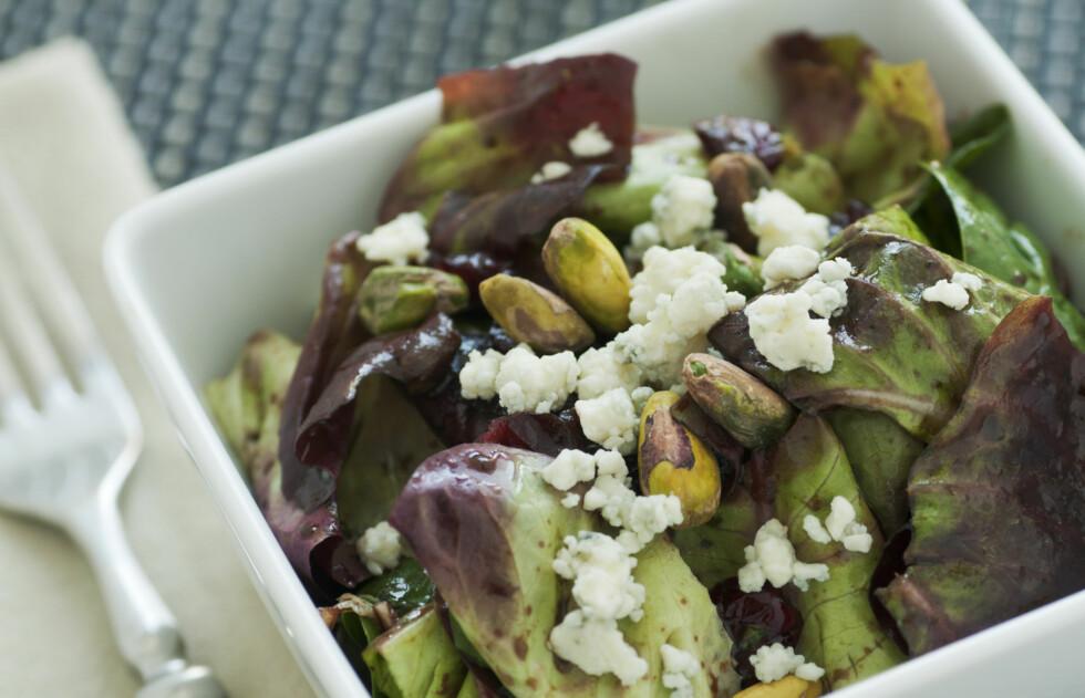 PERFEKT I SALAT: Pistasjnøttene er perfekte å ha i salater og andre retter.  Foto: Getty Images/iStockphoto
