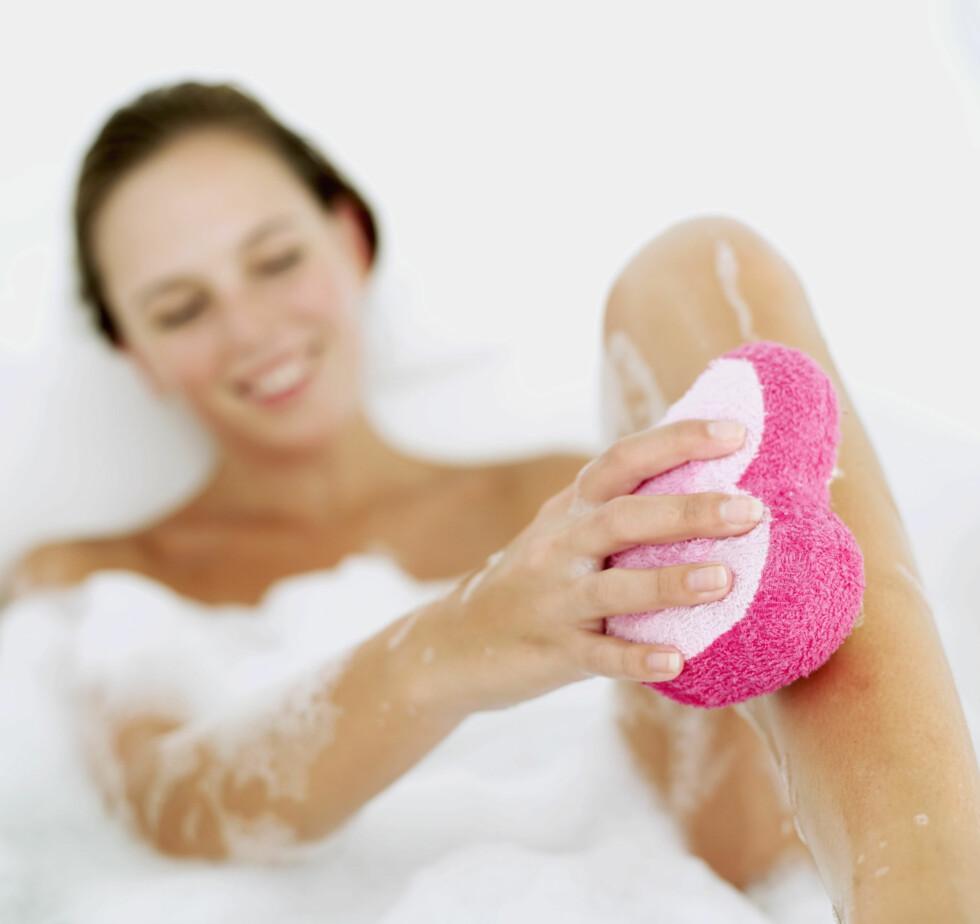 <strong>SKRUBB FØRST:</strong> Du bør alltid skrubbe huden godt før du påfører selvbruningskrem. Foto: Getty Images