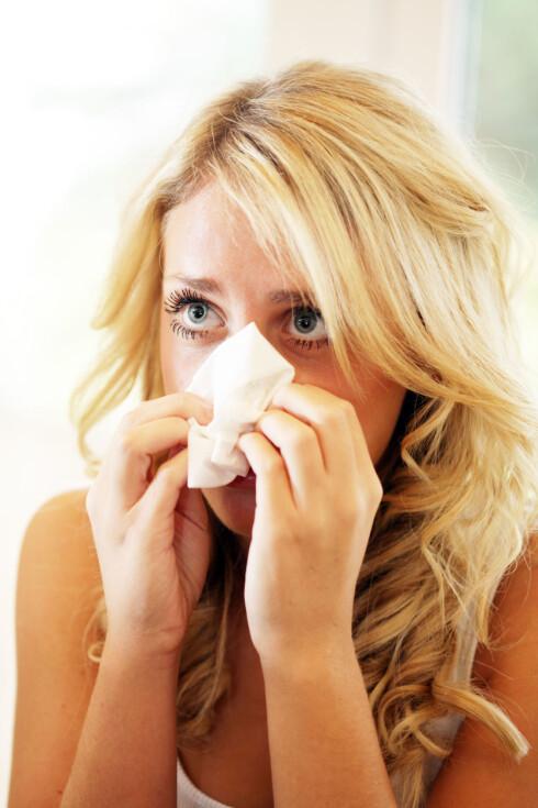 HVA ER DET?: Det kan være vrient  skille forjølelse og influensa, men har du eber hodepine og muskelsmerter, er sjansen stor for at det er influensa. Foto: All Over Press