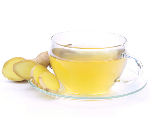 FUNKER MOT KVALME: Revet ingefær i kokt vann gjør susen Ha i litt honning i for smakens skyld. Foto: Panther Media