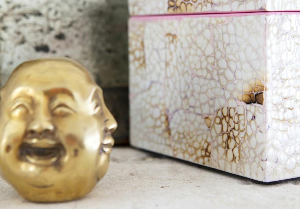 Buddhahode med fire gjest (kr 350, Milla boutique)ved boks (kr 190, Anouska). Foto: All Over Press Norway