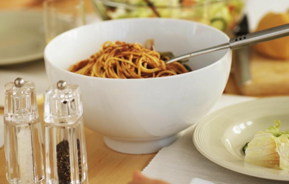 MIDDAG: Selv om middagen er et av de viktigste måltidene i løpet av dagen, er det enkelte ingredienser du ikke bør overdrive inntaket av - en av dem er salt. Ikke ha saltbøsse (som på bildet) stående fremme! Foto: Thinkstock