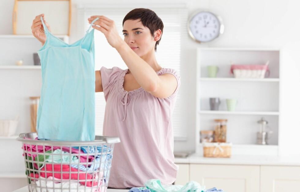 LUKTER DET VONDT? Forsøk å vaske klærne uten skyllemiddel.  Foto: Getty Images/Wavebreak Media