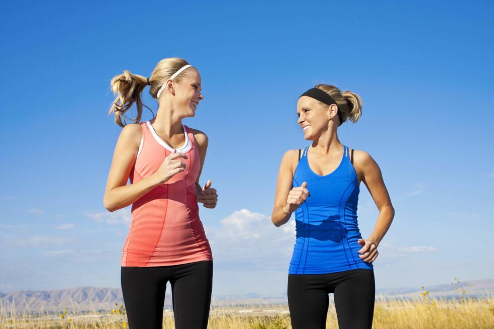 BLI SETT: Enten sola skinner eller regnet bøtter ned, bør du velge klær som gjør at du er lett å se. Dette er særlig viktig om du jogger langs veien.  Foto: Thinkstock.com
