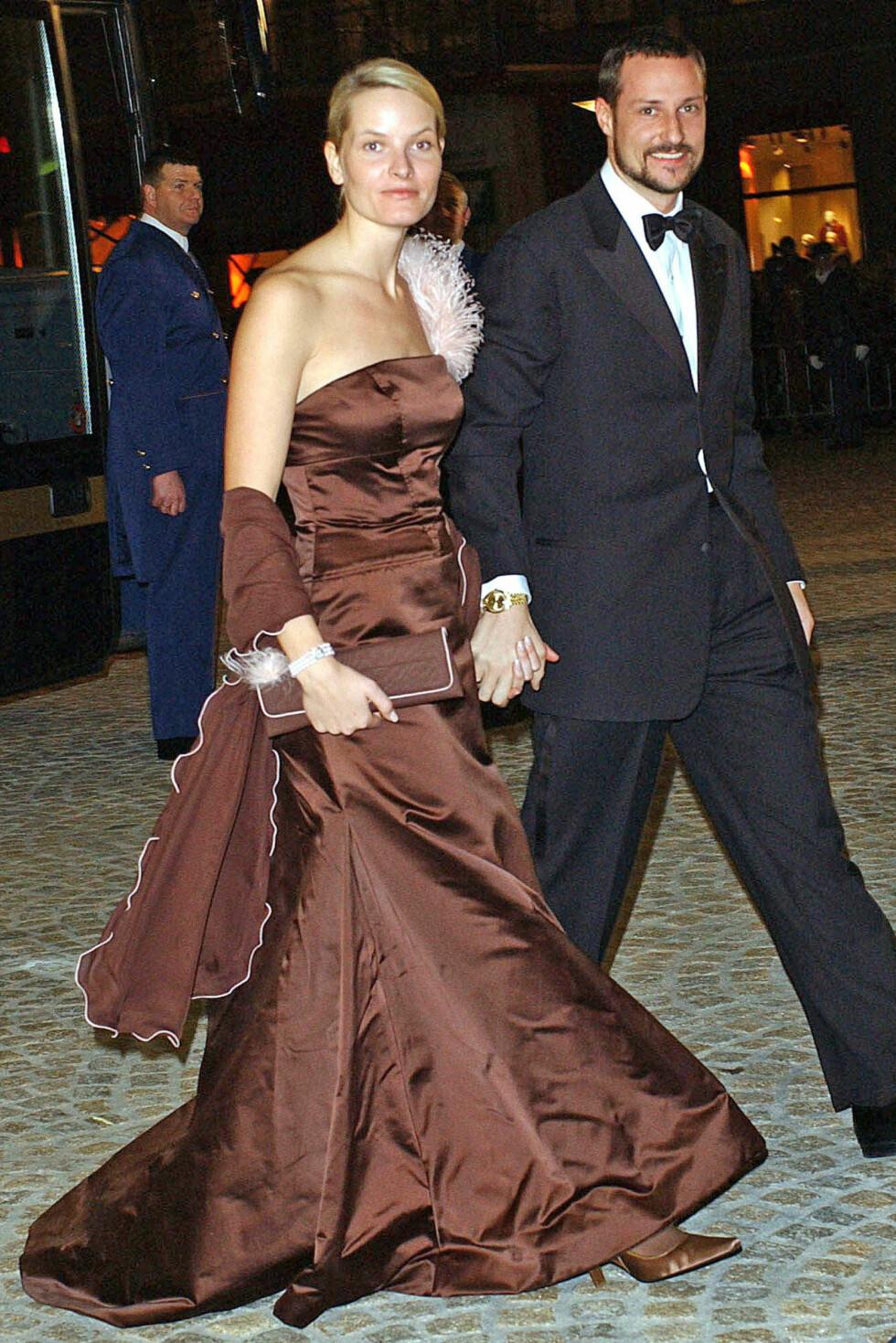 2002: Ikledd brun stroppeløs aftenkjole signert Vera Wang.  Foto: All Over Press
