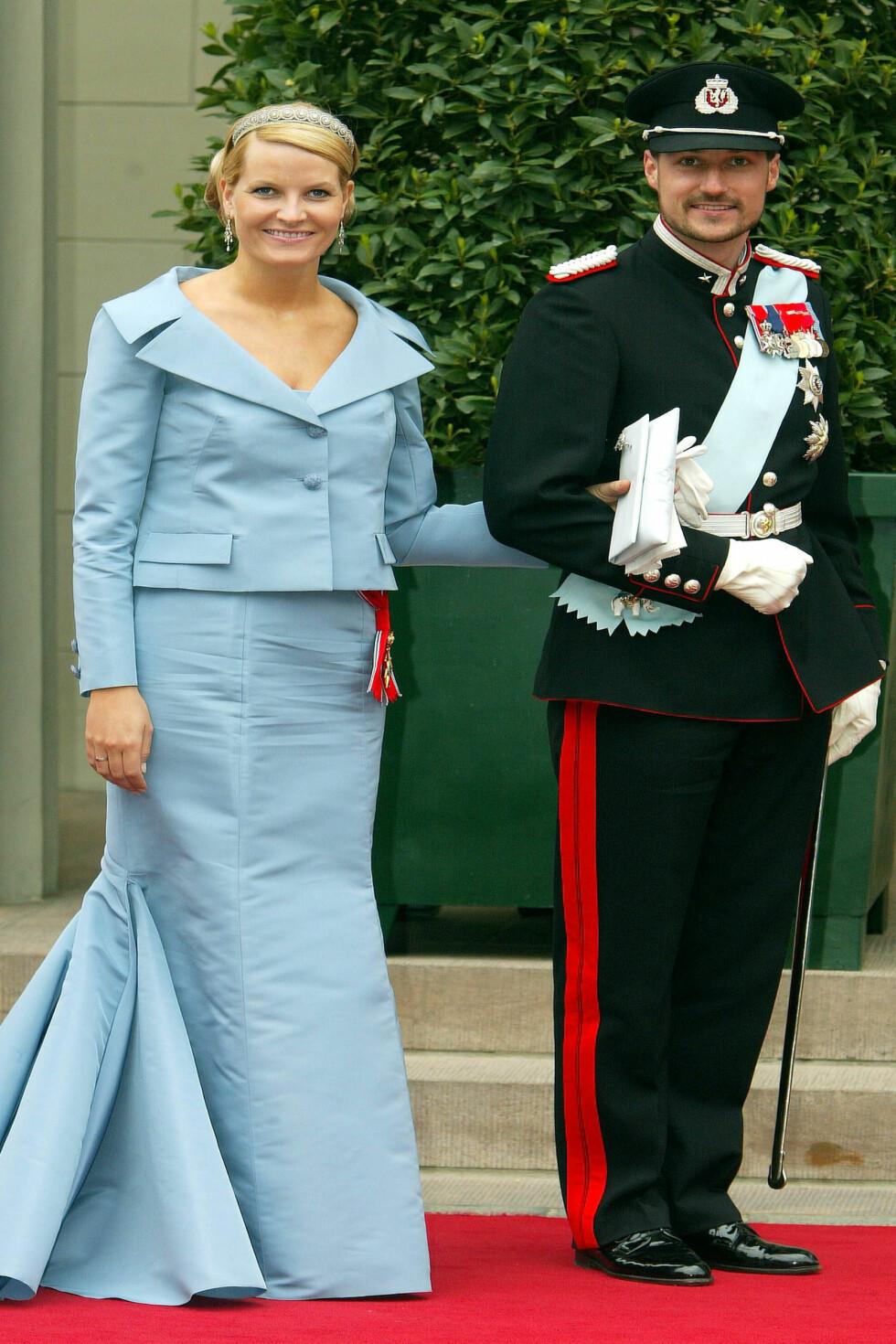 2004: Her satset kronprinsessen på kjole og jakke fra Valentino.  Foto: All Over Press