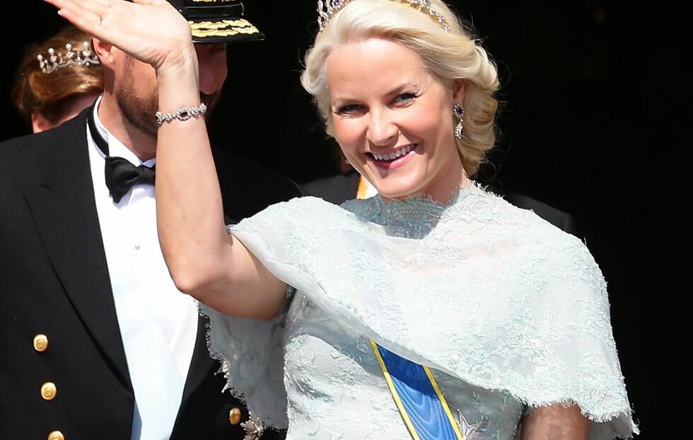 IKKE HELDIG: KKs moteredaktør Silje Pedersen mener Mette-Marit taper mot de andre prinsessene med dette kjolevalget  i Maddes bryllup. Foto: All Over Press