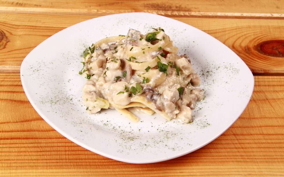 GODT, MEN ...: Spaghetti carbonara består av enkle karbohydrater, og også en god del fett. Begrens inntaket om du vil bli kvitt magefettet. Foto: Colourbox.com