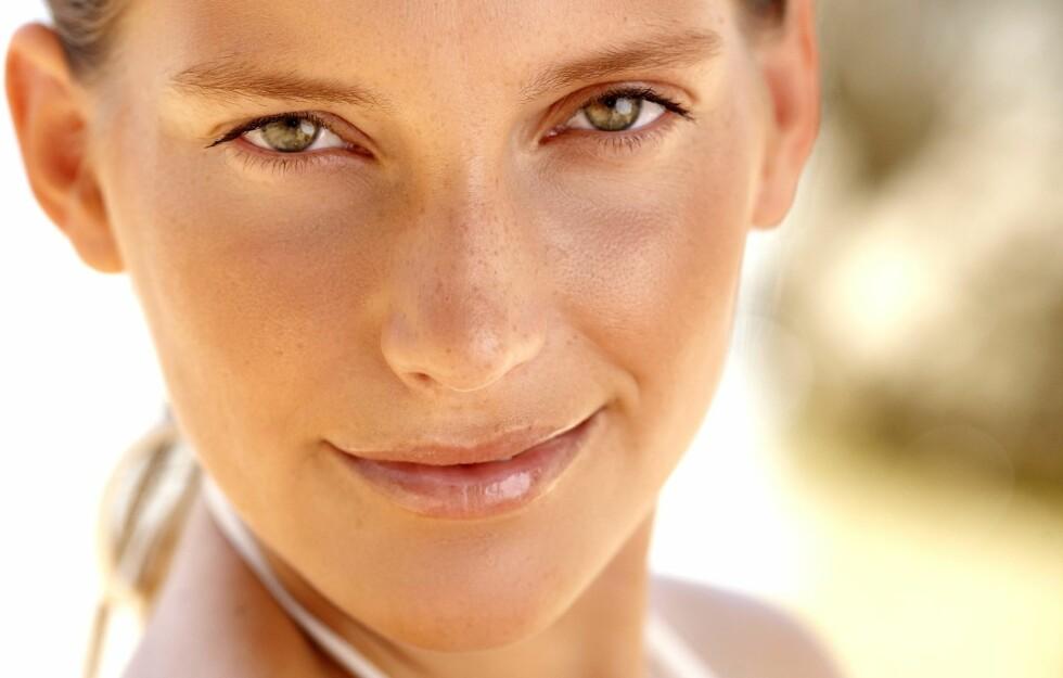 <strong>JA TIL SOLPUDDER:</strong> Vi elsker den solkyssede looken - men ikke i hele ansiktet. Det kan gjøre at du ser eldre ut.  Foto: Inge Prins