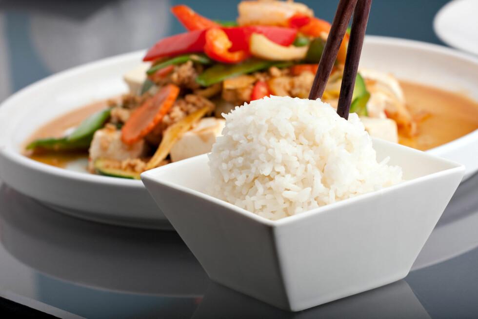 SKAL KLEBRE: Ris til asiatiske retter som skal spises med pinne skal være klebrig. Jasminris og basmatiris er begge lett klebrige ristyper. Dropp å skylle disse hvis du vil ha veldig klebrig ris.  Foto: Todd Arena