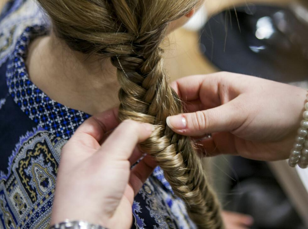 Dra litt i fletta for å gjøre den bredere. Det gir illusjon om tykkere og mer fyldig hår. Foto: Per Ervland