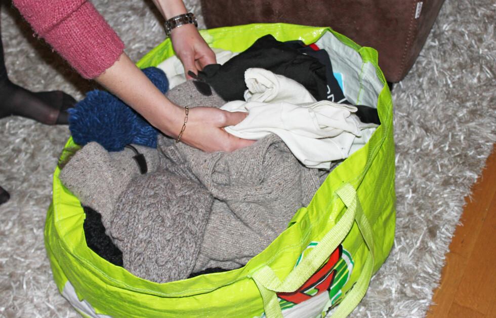 SJEKK AT KLÆRNE ER RENE: Det er viktig at du sjekker at vintertøyet er rent før du pakker det vekk. Vask det, eller ta over det med en klut.  Foto: A. C. Blystad