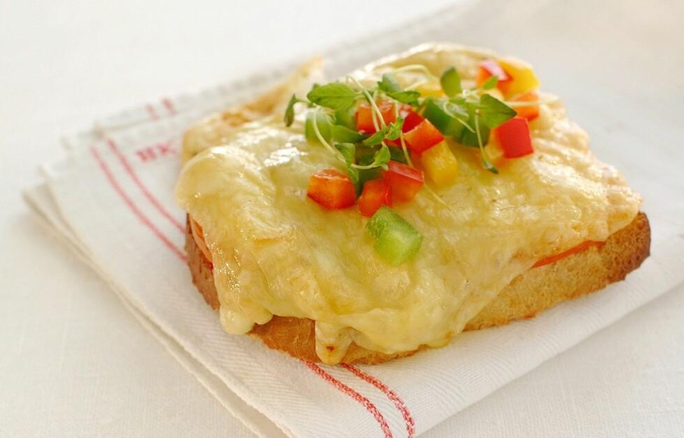 HELT OK: Et grovt ostesmørbrød med mager ost er topp som kveldsmat. Foto: Matprat
