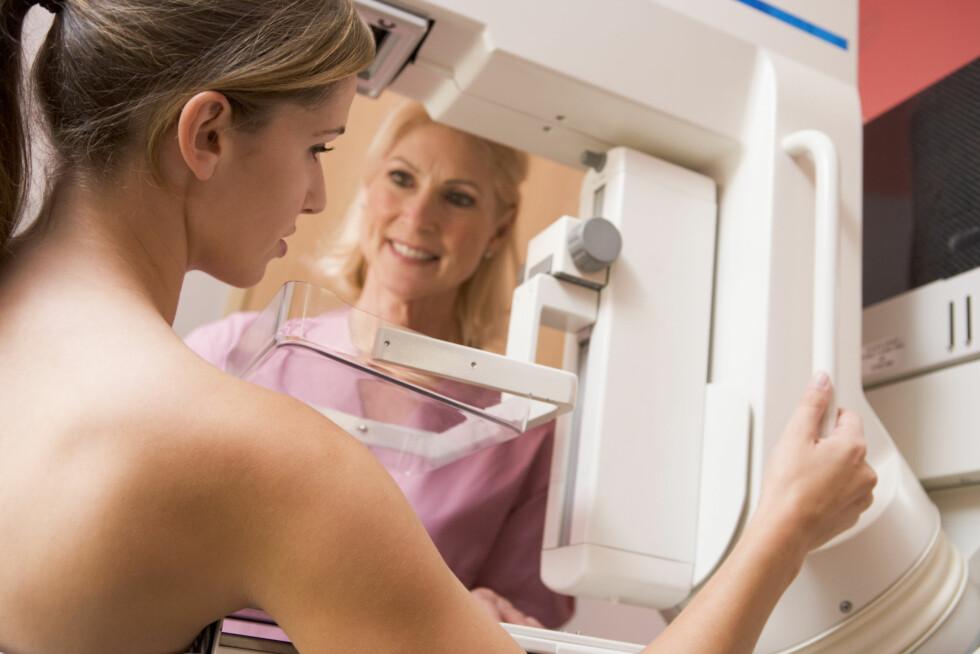 <strong>MÅ OFTE ETTERINNKALLES:</strong> Kvinner med silikon må oftere gjennomføre tilleggsundersøkelser på mammografi fordi de lurer på om det kan skjule seg noe bak/foran protesen. Foto: Thinkstock