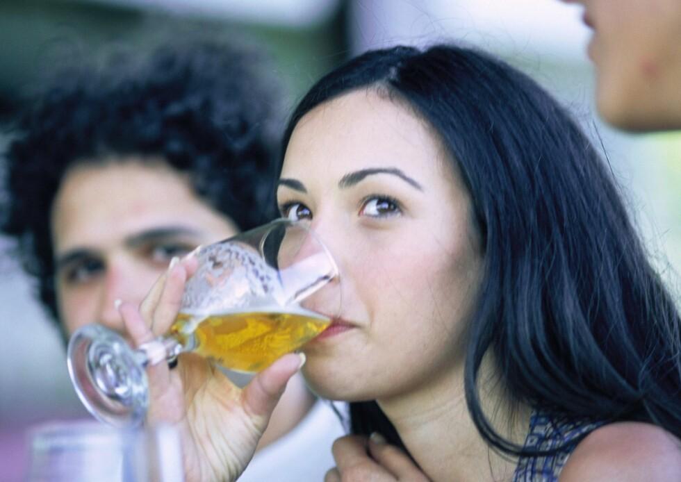 TØRSTEDRIKK: Ikke bruk alkohol som tørstedrikk. Drikk heller et glass vann mellom drinkene.  Foto: Colourbox