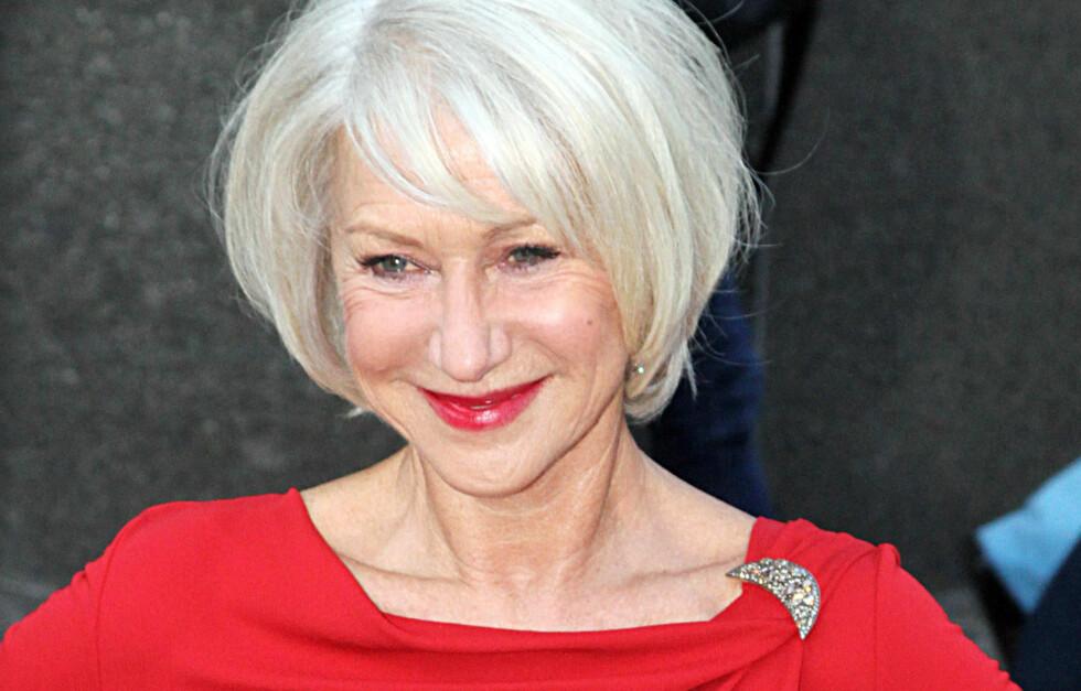 MYKT: Selvsagt kan du se smashing ut også med grått hår. Det er skuespiller Helen Mirren selve kroneksempelet på. Hun har valgt en myk frisyre med sidelugg og naturlig bevegelse og dessuten omfavnet det grå.  Foto: All Over Press