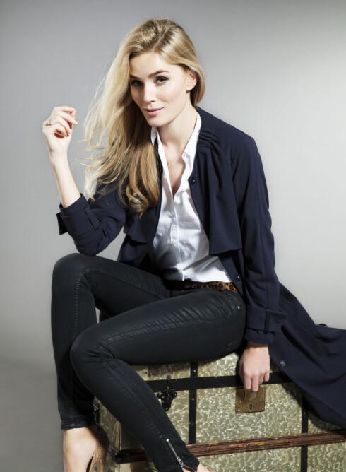 CAMILLA PIHL: Trenchcoat (kr 700, H&M), skjorte (kr 800, Hilfiger Denim), jeans (kr 500, Never Denim/Bik Bok), belte (kr 250, laredoute.no) og pumps (kr 1500, Helene Westbye). Foto: Veronica von Clemm