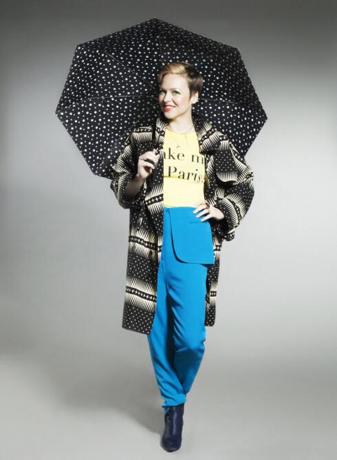 MARIANN THOMASSEN: Trenchcoat (Marianns egen fra Ktz), T-skjorte (kr780, Wildfox), bukse (Marianns egen fra Back), smykke (kr40, Bik Bok), ringer (Marianns egne) og paraply (stylistens egen). Foto: Veronica von Clemm