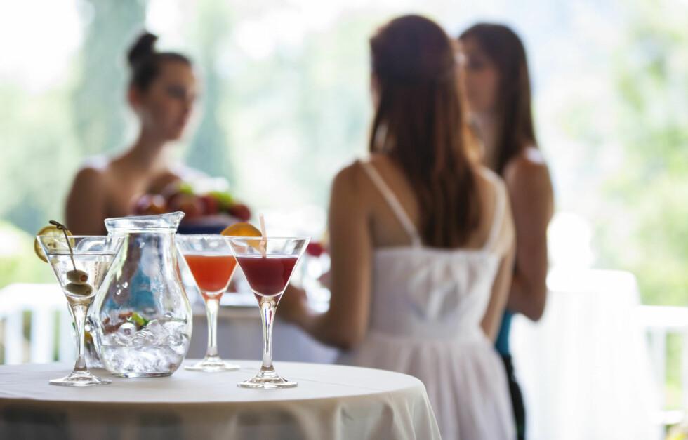 DRIKKER IKKE: Stadig flere velger å styre unna alkoholen - altså være avholds. KK har intervjuet to kvinner som ikke drikker.  Foto: Getty Images/iStockphoto
