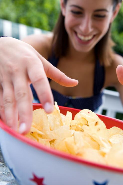 CHIPS: Det er ikke uvanlig å bli hekta på chips når du drikker alkohol. Foto: www.jupiterimages.com