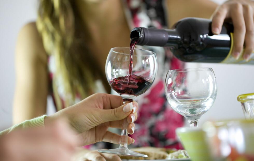 SMART ALKOHOL: Hold deg til enkle alkoholbaserte drinker som vin, champagne eller øl hvis du vil kontrollere matinntaket ditt. Foto: Getty Images/iStockphoto