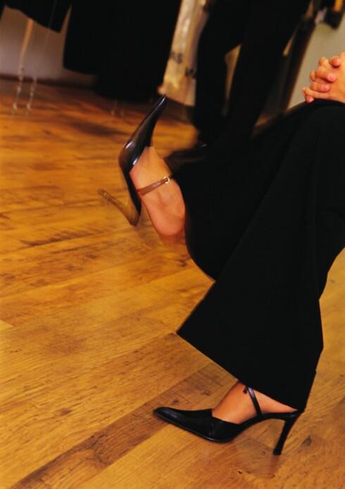 TYPISK DEG?: Å sitte og vippe med foten er et stresstegn.  Foto: Colourbox