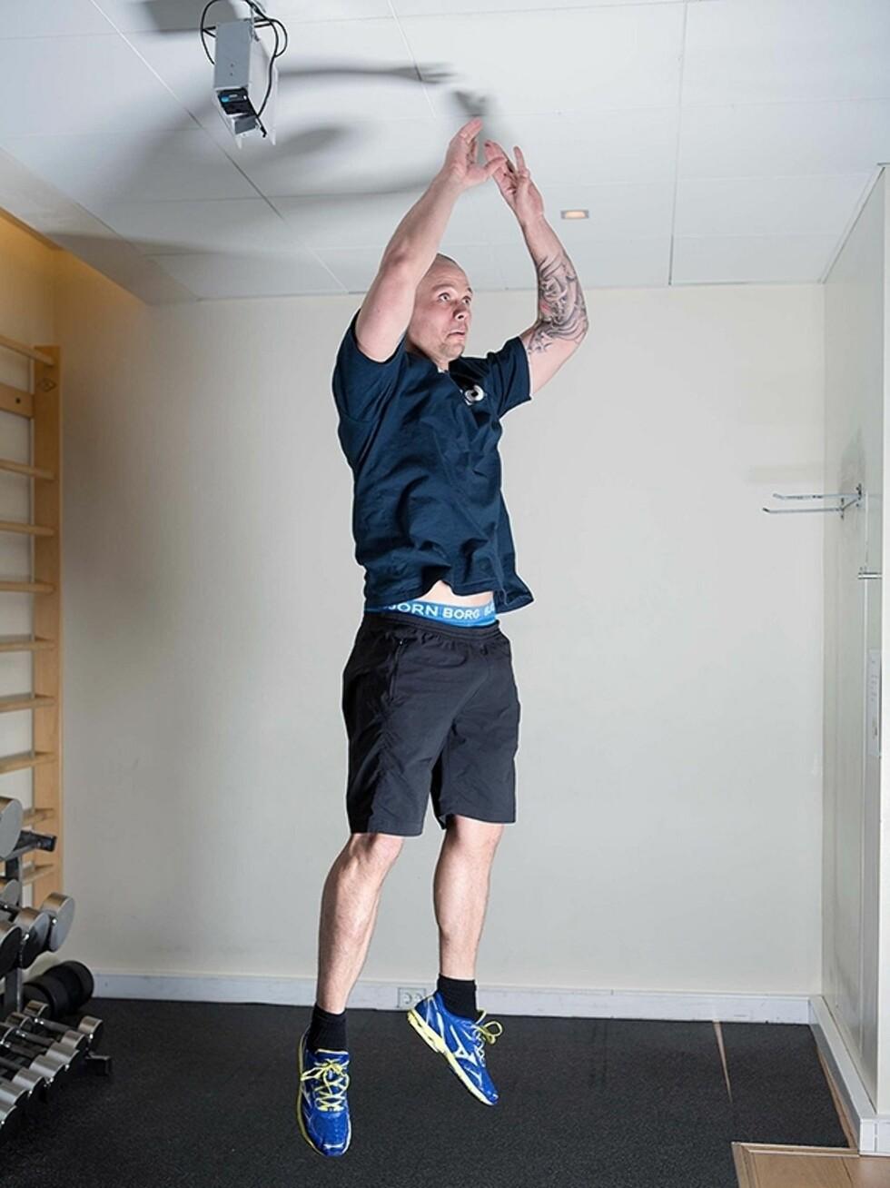 Hopp rett opp med armene over hodet (foto: Øyvind Heia).