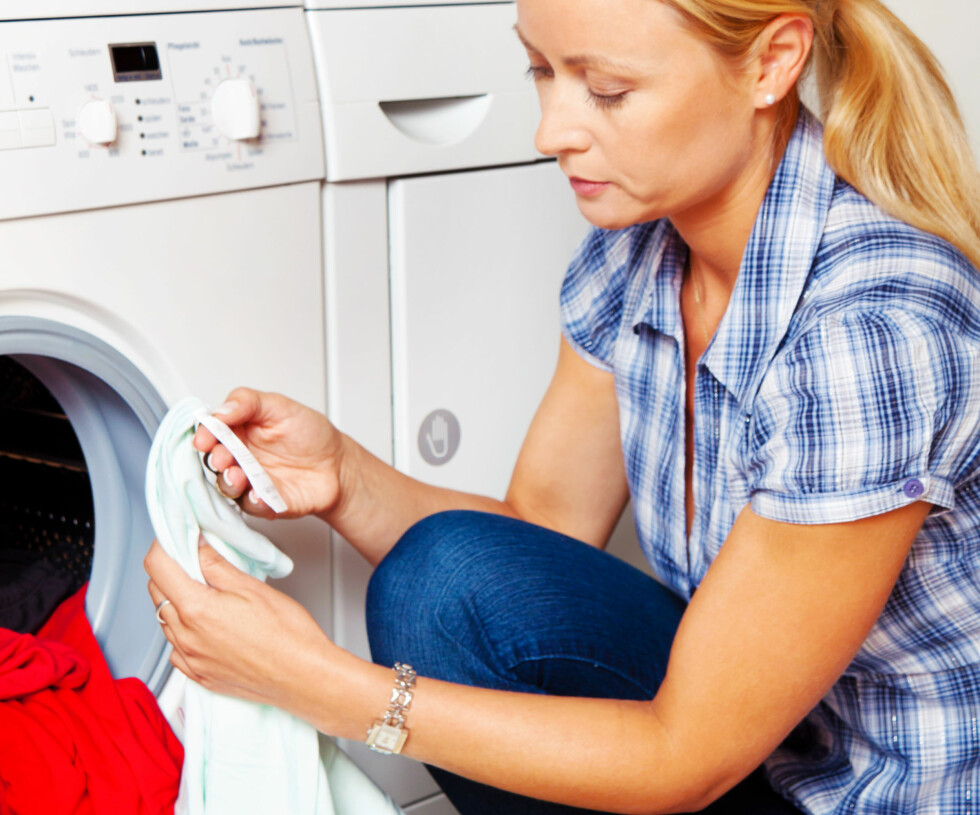 <strong>AVSLUTTER JOBBEN:</strong> Etter å ha behandlet flekkem ned potetmel og oppvaskmiddel, bør vaskemaskinen klare reste av biffen. Foto: Erwin Wodicka