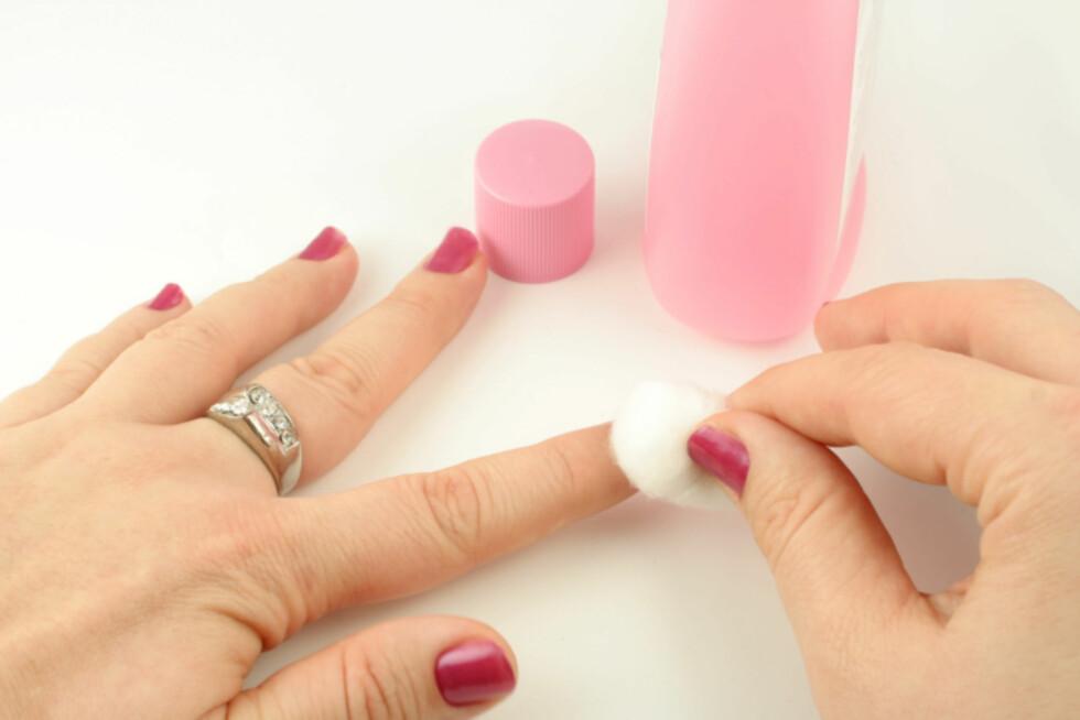 TAR TID: Det tar merkbart lenger tid å fjerne neglelakken på tradisjonelt vis, med neglelakkfjerner og bomull. Foto: Getty Images/Hemera