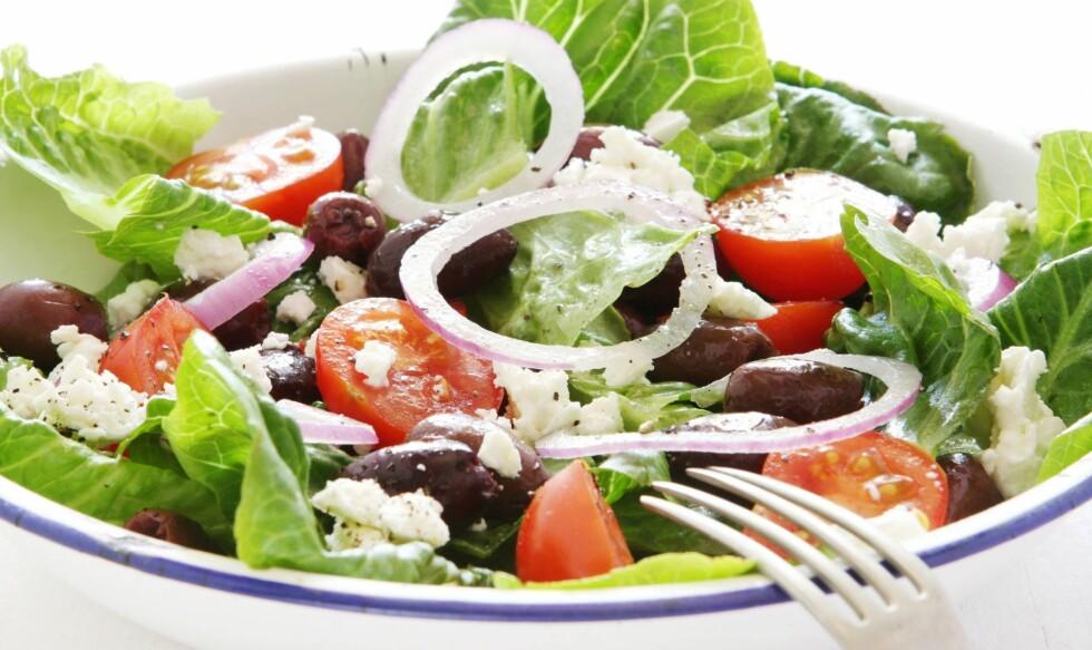 TOPP MAT: En gresk salat med olivenolje gir deg både sunt fett og vitaminer kroppen trenger. Foto: PantherMedia/Robyn Mackenzie