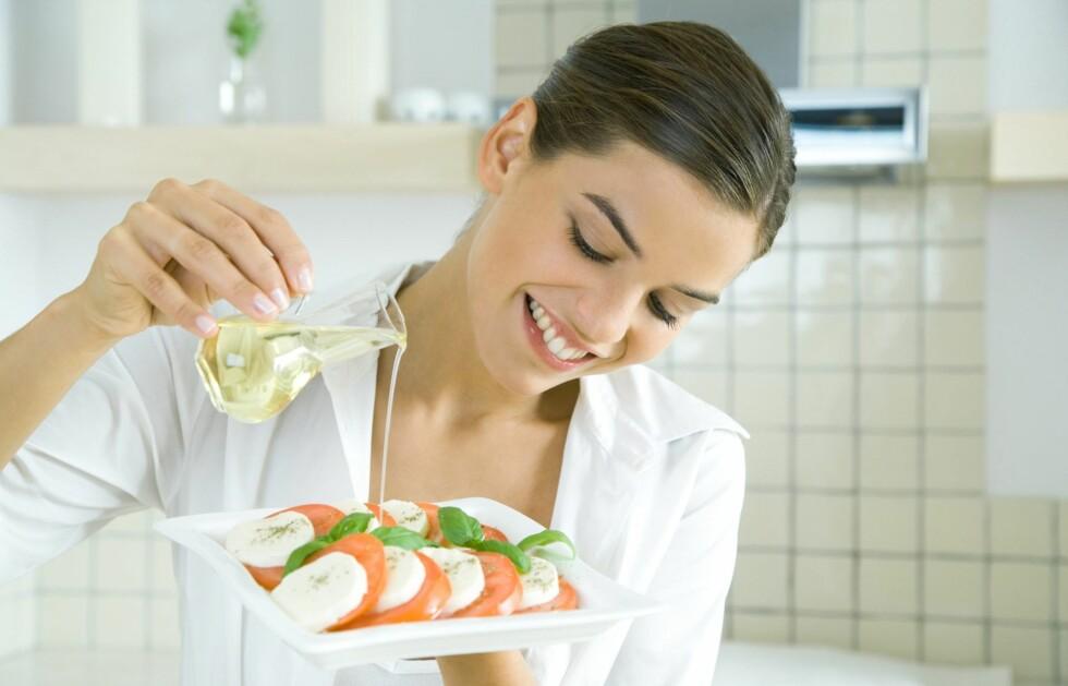 KJØR PÅ: Olivenolje er en super kilde til sunt fett. Foto: Colourbox