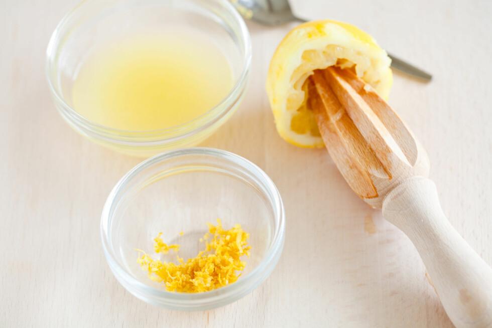 SITRONJUICE: Sitronjuice - enten fersk som du presser selv, eller den som kommer på flaske, kan hjelpe deg med å bli kvitt gule svetteringer på bomullsplagg.  Foto: Thinkstock