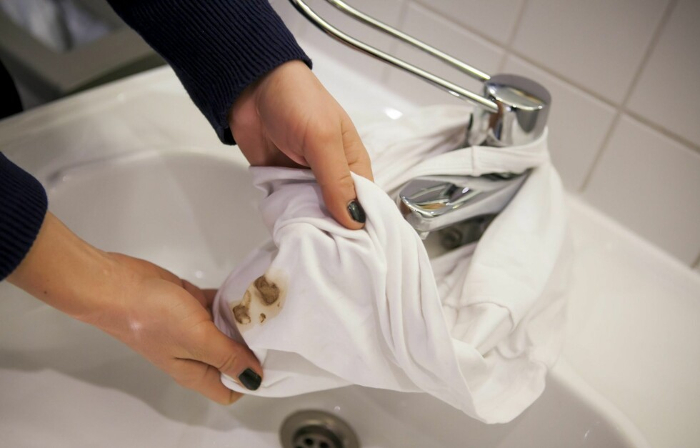 VRIENE FLEKKER: Av og til må du rett og slett fjerne flekkene før du hiver plagget i vaskemaskinen. Hvordan du fjerner de ulike typene flekker kan du lese mer om i denne saken.  Foto: Per Ervland