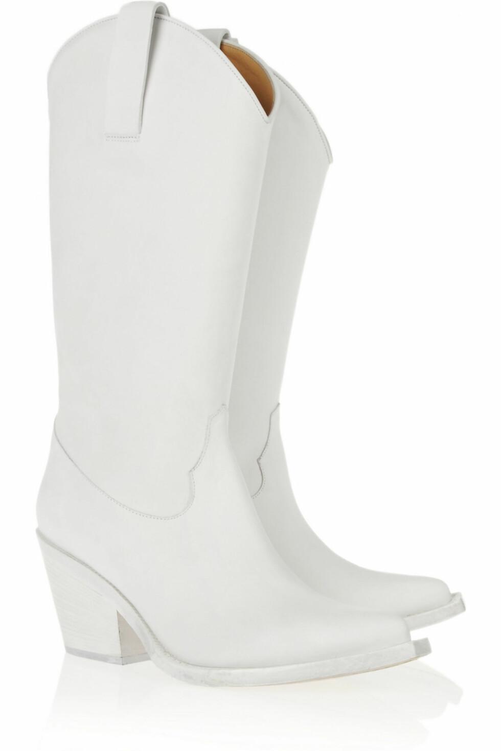 Hvite cowboy-boots fra Acne (kr 5.500, Net-a-Porter.com) Foto: Produsentene