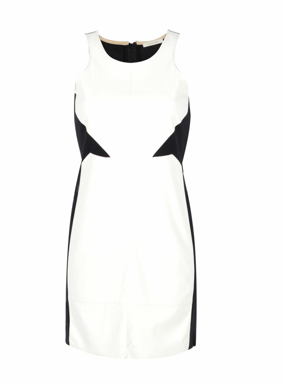 Hvit kjole med svart innramming (kr 560, Zara) Foto: Produsentene
