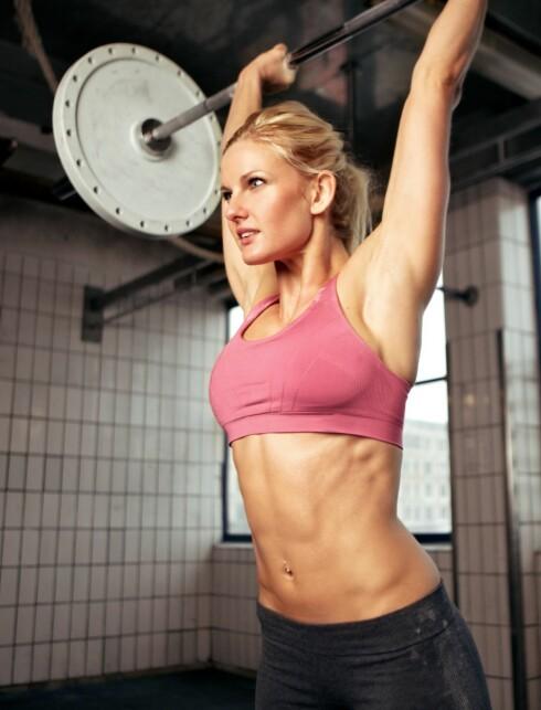 STERK OG SPREK: Å trene styrke gir bedre holdning og øker forbrenningen.Vær fokusert på jobben du skal gjøre når du trener styrke. Foto: Colourbox