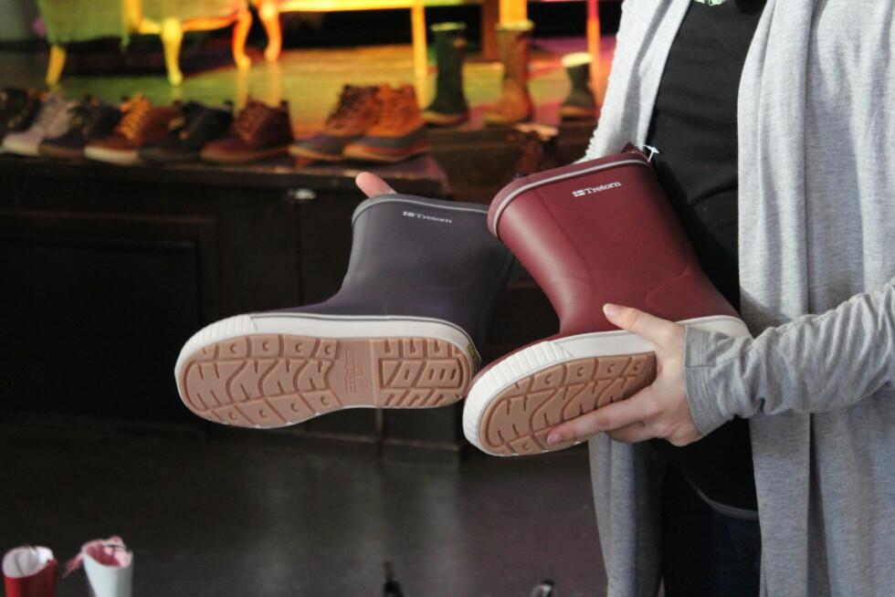 BESTSELGERE: Gummistøvlene selger best i de vanlige fargene, men i år satser de også på retrofarger. Begge disse har en matchende regnjakke! Foto: Benedicte Haugaard