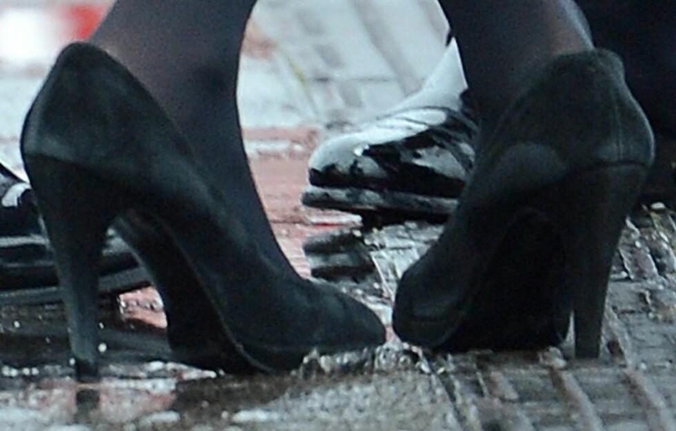 BLIR FORT ØDELAGT: Ikke gjør som Kate Middleton har gjort her - dropp semskede sko i vårslapset. De blir fort stygge og er lite egnet for norsk vær. Foto: All Over Press